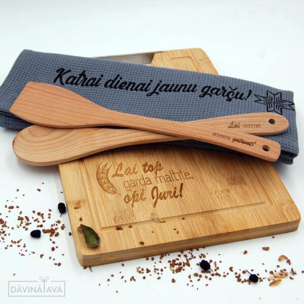 komplekts virtuvei, koka virtuves delitis ar dvieli un piederumiem, personalizets dvielis, personalizeti virtuves piederumi